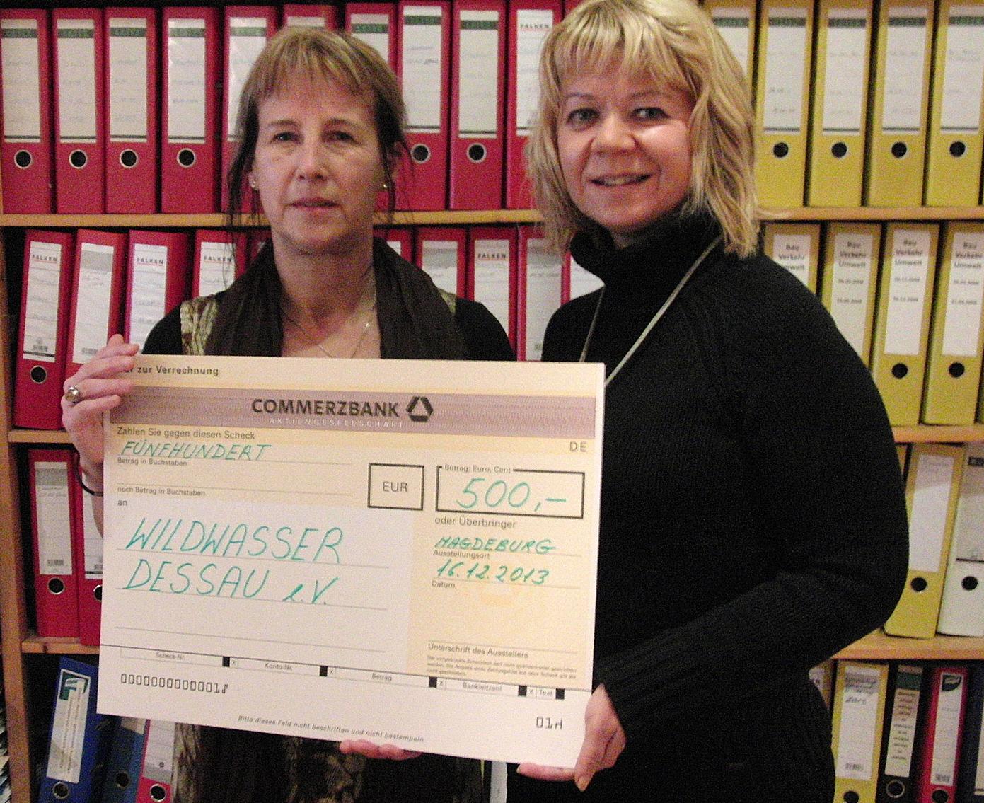 Spendenübergabe am 16. Dezember 2013 – Michaela Böttcher (li.) und Cornelia Lüddemann (re.)